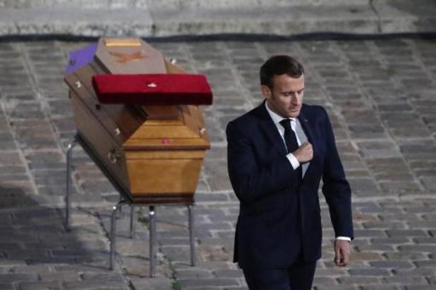 """Macron wijst """"lafaards"""" terecht die onthoofde leraar hebben overgeleverd aan """"barbaren"""""""