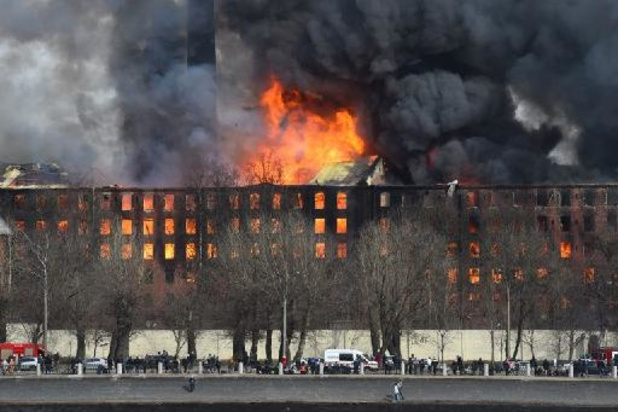 Vlammenzee in historische fabriek in Sint-Petersburg kost het leven aan brandweerman