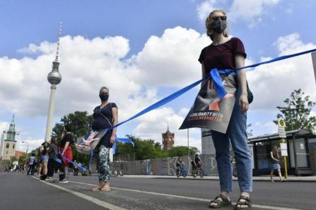 A Berlin, une chaîne humaine respectant la distanciation sociale contre le racisme