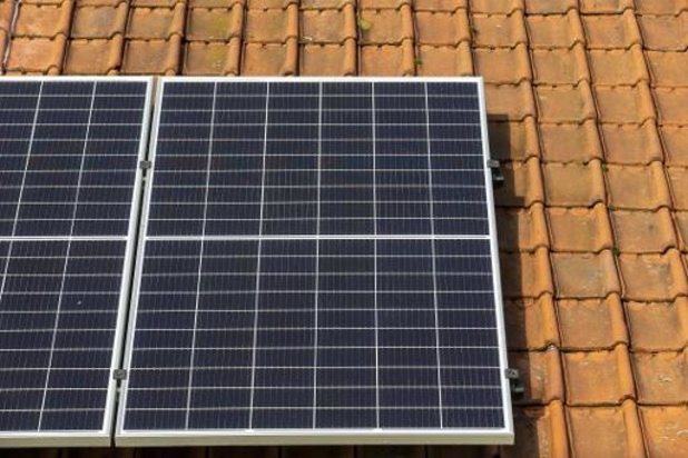 10.500 eigenaars zonnepanelen stellen Vlaamse regering in gebreke