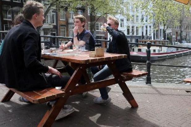 """Avec la réouverture des terrasses, les Néerlandais trinquent à un """"avenir meilleur"""""""