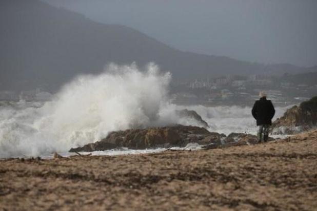 Après la tempête Fabien, des milliers de foyers français sans électricité, la Corse isolée