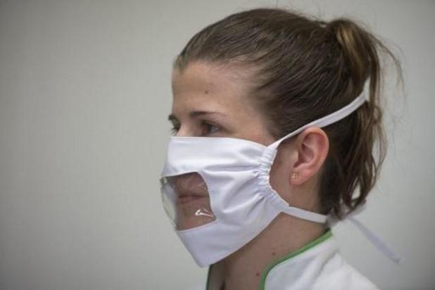 Gemeente Anderlecht maakt zelf doorzichtige mondmaskers voor liplezende mensen