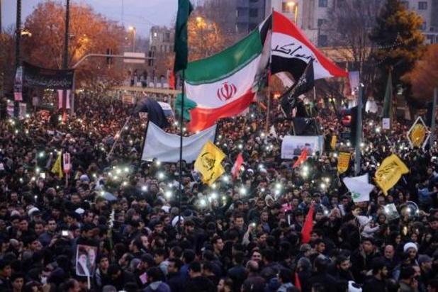 Massa mensen herdenkt Soleimani in centrum van Teheran