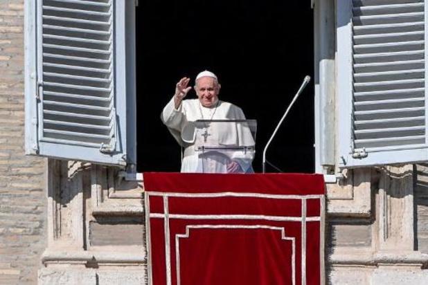 """Paus Franciscus blikt in boek terug op drie moeilijke """"coronaperiodes' in zijn leven"""
