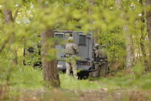 Zoekactie naar gewapende militair - Speciale eenheden staan op scherp, zestal knallen gehoord
