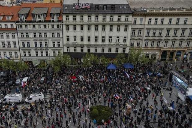 """À Prague, des milliers de manifestants contre un président """"marionnette"""" de la Russie"""