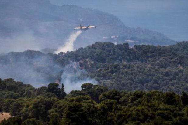 Grote natuurbrand bedreigt buitenwijken van Athene