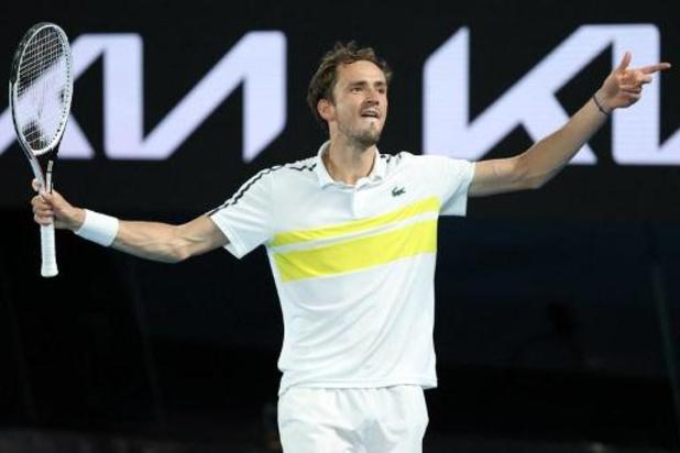 Medvedev klopt Tsitsipas en daagt Djokovic uit in finale