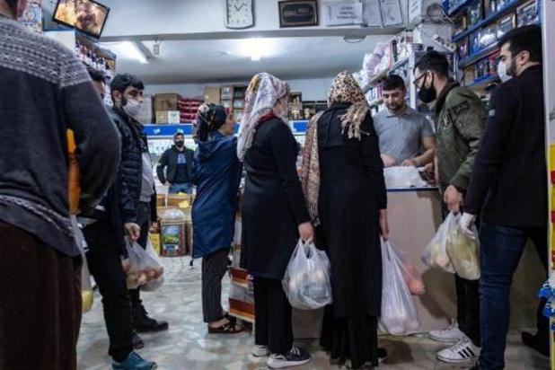 Laat afgekondigde lockdown leidt tot massale paniekaankopen in Turkse steden
