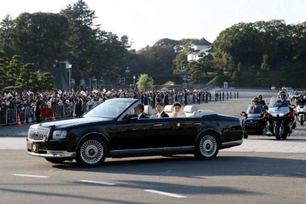 Tienduizenden Japanners juichen keizer en keizerin toe tijdens parade in Tokio