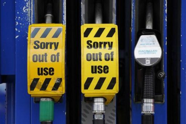 Britse militairen voeren brandstof rond