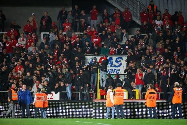 Jupiler Pro League - Duel tussen Mechelen en Standard even gestaakt nadat Standard-fans het veld betraden