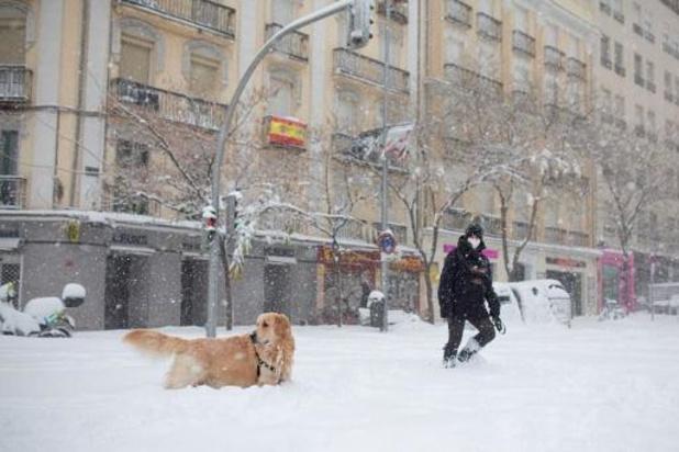 Spaanse leger rukt uit voor ingesneeuwde mensen