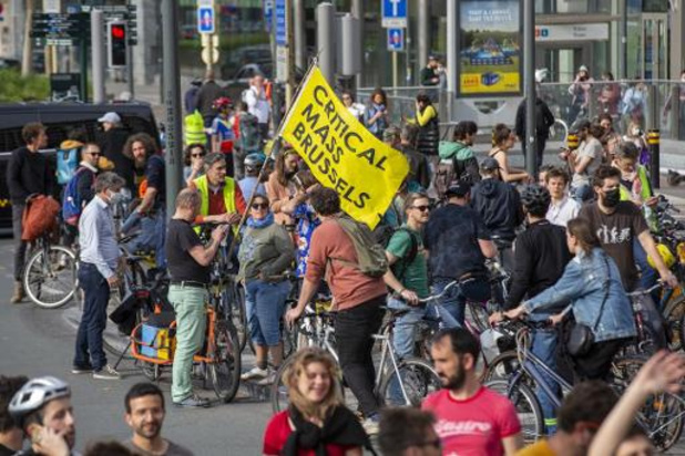 Critical Mass à Bruxelles: Un cycliste tabassé par trois personnes sorties d'une voiture