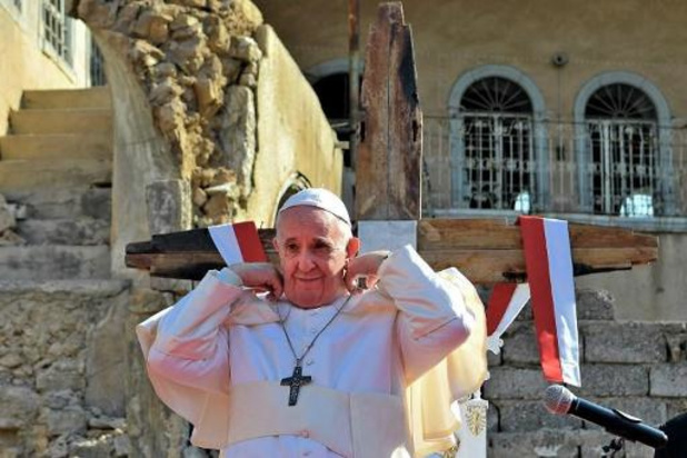 """A Mossoul ravagée par l'EI, le pape prie pour les """"victimes de la guerre"""""""