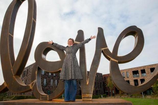 """Delphine de Saxe-Cobourg a dévoilé sa sculpture """"Ageless Love"""""""