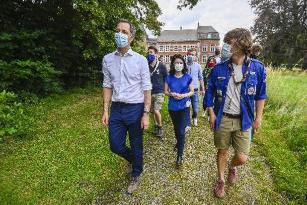 Les ministres Alexander De Croo et Valérie Glatigny en visite dans un camp scout
