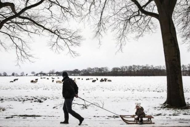 Nederlanders slaan schaatsen en sleeën in voor winterse weer