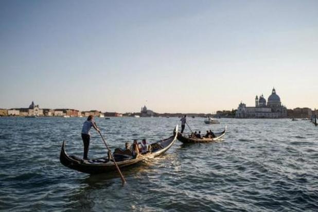 Gondeliers in Venetië nemen duik om afval uit water te halen