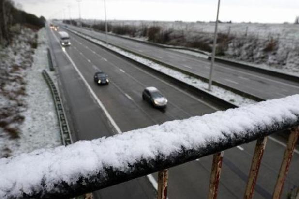 AWV waarschuwt voor besneeuwde en gladde wegen