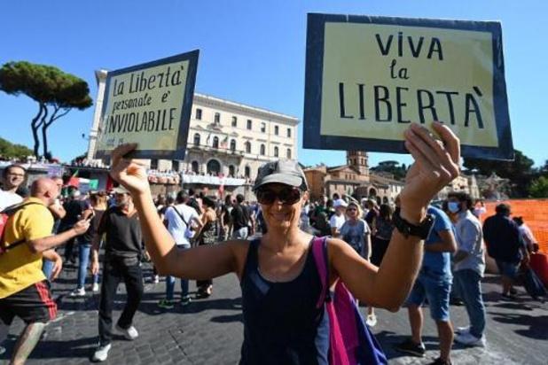 Coronavirus - Italie: manifestation d'un millier de personnes anti-vaccin et anti-masque à Rome