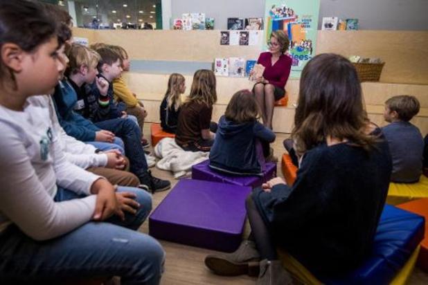 La reine Mathilde fait la lecture à la bibliothèque de Berchem