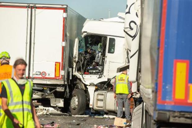 """Ongevallen Destelbergen: vrachtwagen """"met volle snelheid"""" ingereden op file E17"""