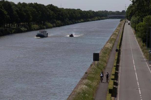Dronken chauffeur rijdt in kanaal in Brugge, twee inzittenden vluchten weg