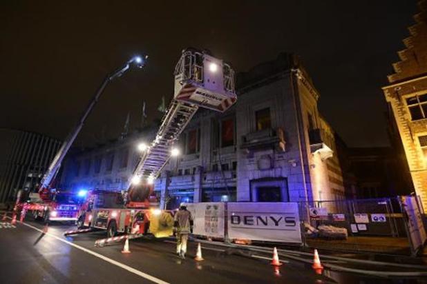 Brandweer hele nacht ter plaatse gebleven na dakbrand in Bozar