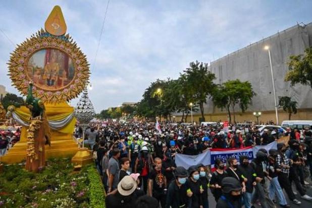Thaïlande: des milliers de manifestants exhortent le roi à entamer le dialogue