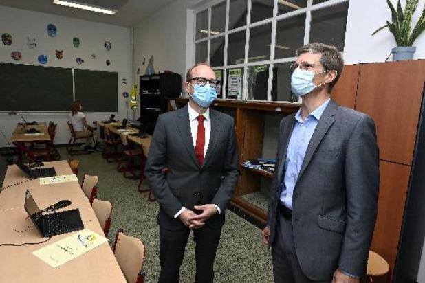 Minister Weyts ziet hoe digitaal toelatingsexamen arts vlot van start gaat