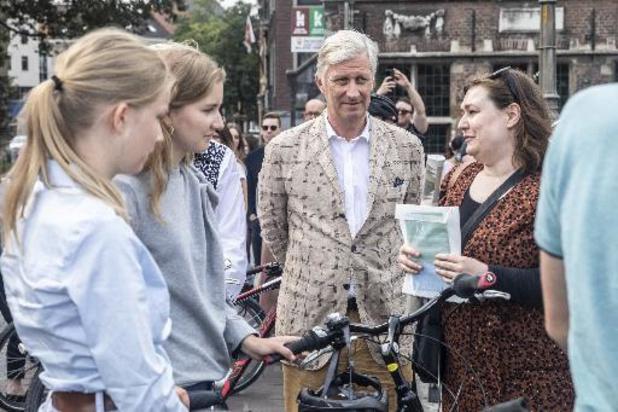 Le roi Philippe et sa famille découvrent Gand à vélo à l'occasion du dimanche sans voiture