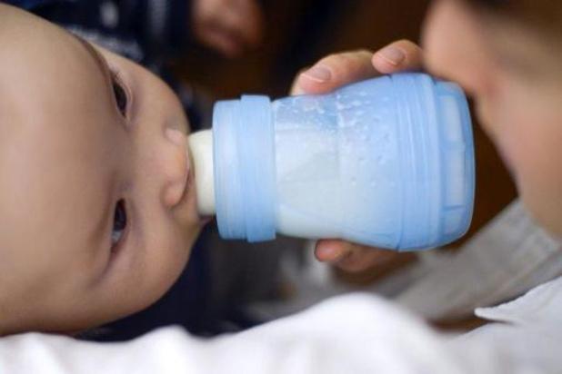 Baby's krijgen veel microplasticdeeltjes binnen met flesvoeding