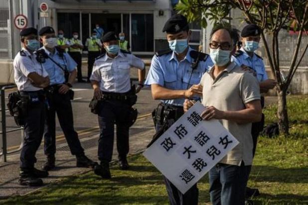 Un juge affirme que la police de Hong Kong a eu tort de cacher ses badges d'identification lors des manifestations