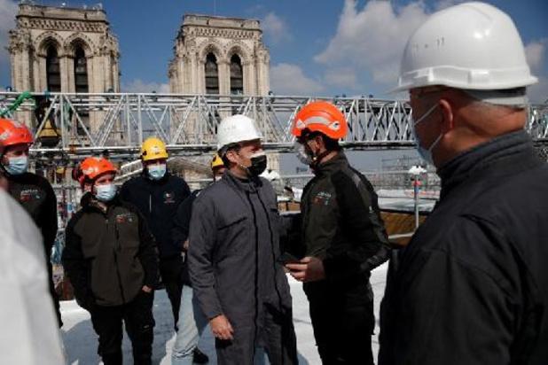 President Macron bezoekt Notre-Dame de Paris
