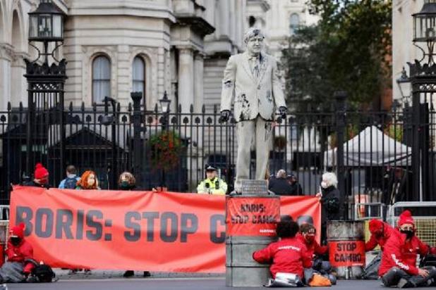 Greenpeace protesteert met Johnson-standbeeld tegen olieboringen