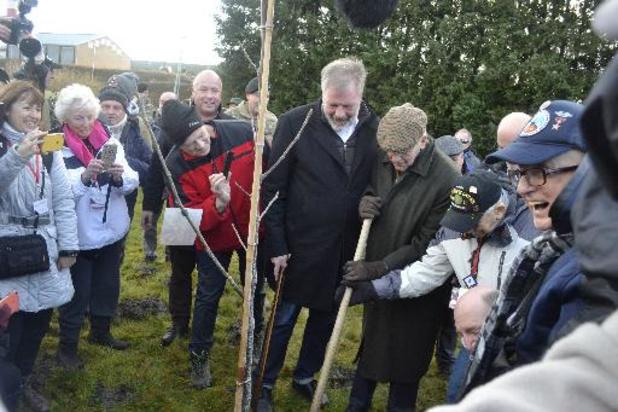 Un ancien lieutenant allemand et des vétérans US plantent un noyer de la paix à Bastogne