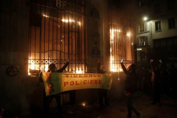 Meer dan zestig politiemensen gewond bij protesten in Frankrijk