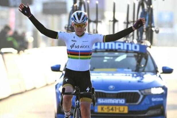 """Omloop Het Nieuwsblad - Anna van der Breggen kreeg het moeilijk in volle finale: """"Maar heb volgehouden"""""""