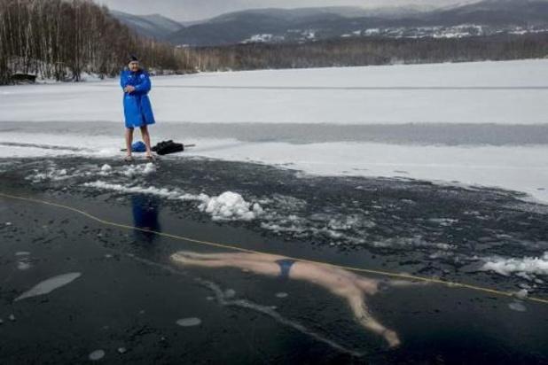 Tsjech zwemt 80 meter onder ijs