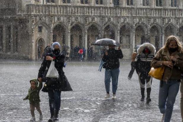 KMI waarschuwt voor onweer zondagmiddag en -avond