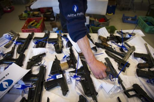 Massa vuurwapens en tienduizenden euro's in beslag genomen bij elf huiszoekingen