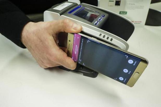 Handel vraagt klanten om elektronisch te betalen en afstand te houden van elkaar