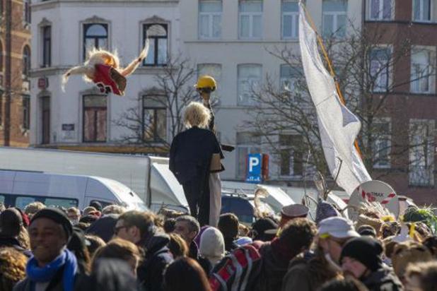 Onaangekondigde carnavalstoet trekt door Brussel: tiental personen opgepakt