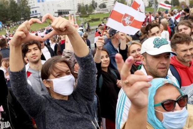 Wit-Russische oppositie demonstreert met ballonnen tegen Loekasjenko