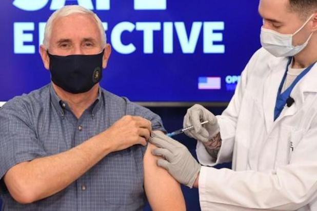 Mike Pence publiek gevaccineerd