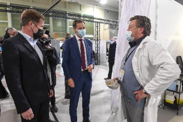 Alexander De Croo visite le principal centre de vaccination carolo