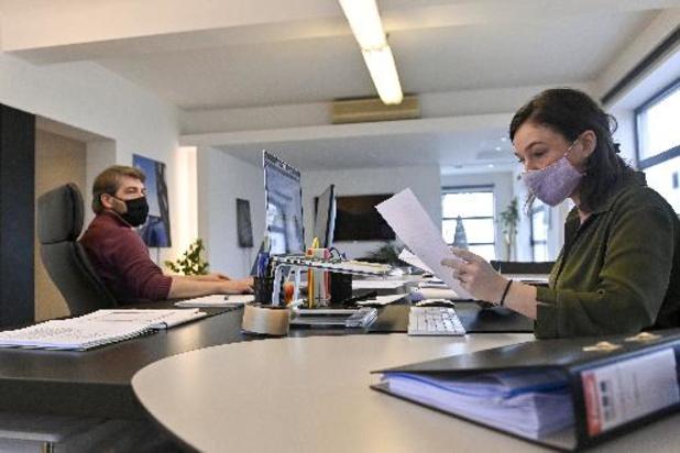 Een op de drie Belgische bedrijven behoudt mondmasker op de werkvloer