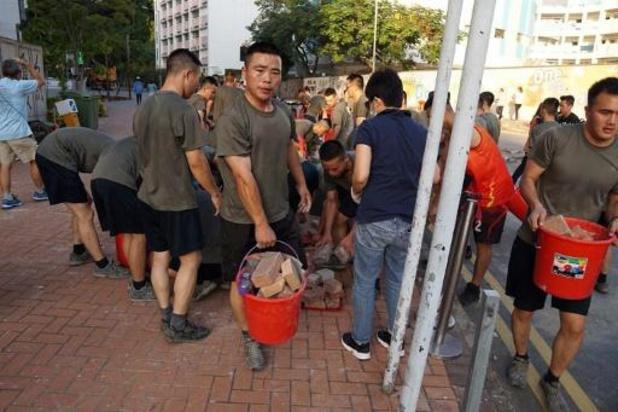 Chinese soldaten ruimen barricades op aan Hongkongse universiteit
